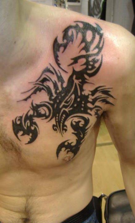 Tatouage scorpion homme torse