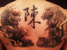 Tatouage chinois homme 2 lions chinois face a face