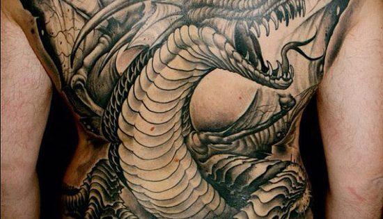 Tatougage homme dragon a cornes