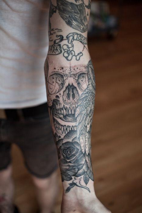 Tatouage Bras Tete De Mort Et Rose Idees De Tatouages Et Piercings