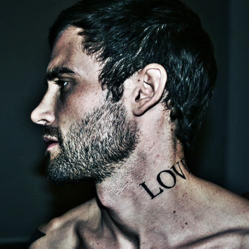 tatouage cou homme 15 motifs de tatouages cou pour les hommes. Black Bedroom Furniture Sets. Home Design Ideas