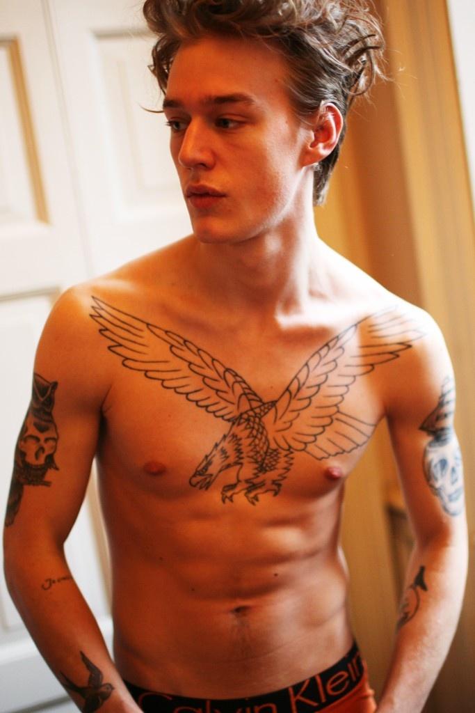 tatouage-homme-pectoraux-2
