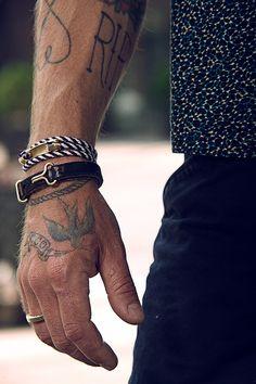 tatouage poignet homme 15 photos de beaux tatouages au poignet. Black Bedroom Furniture Sets. Home Design Ideas