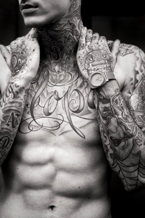 tatouage torse homme 15 beaux mod les de tattoos masculins sur le torse photos tatouage pour. Black Bedroom Furniture Sets. Home Design Ideas
