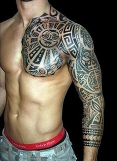 Pectoraux, épaule et bras entier avec un tattoo polynésien. tatouage ,polynésien,12