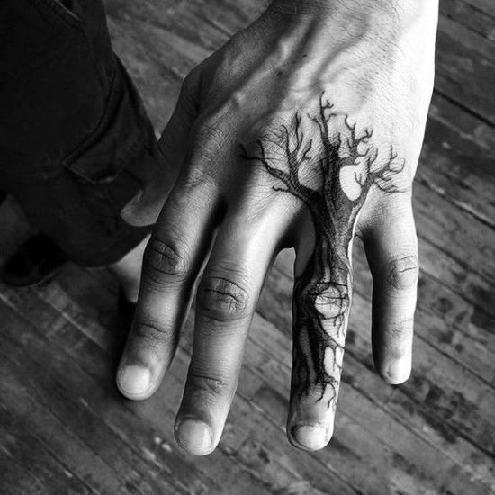Tatouage homme doigt arbre