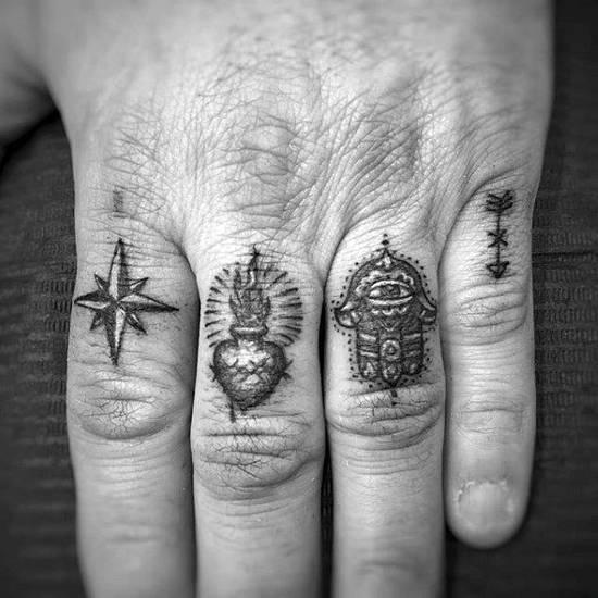 Tatouage homme doigt divers symboles maçonniques
