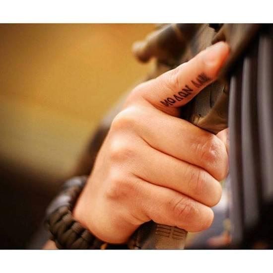 Tatouage homme doigt russe