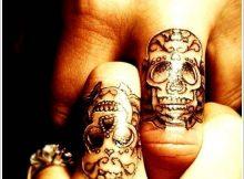 Tatouage homme doigt tête de mort mexicaine sur majeur